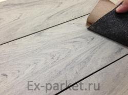 С террасной доски Bruggan multiColor можно убрать пятна с помощью шлифовки