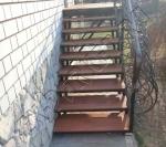 Укладка террасной доски кумару на металлическое основание лестницы